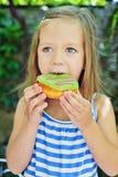 Mädchen, das Schaumgummiringe isst Lizenzfreie Stockfotografie