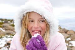 Mädchen, das Schnee isst Lizenzfreies Stockbild