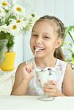 Mädchen, das Süßspeise mit Beeren isst Stockbilder