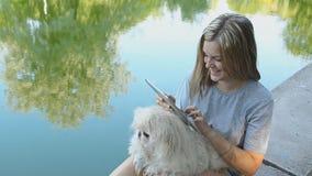 Mädchen, das Tablette im Park verwendet stock video footage