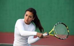 Mädchen, das Tennis spielt Lizenzfreies Stockfoto