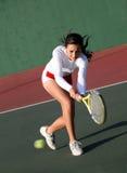 Mädchen, das Tennis spielt Lizenzfreie Stockfotos