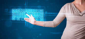 Mädchen, das virtuelle Art der Tastatur bedrängt Stockfotos