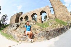 Mädchen, das vor einzigartiger Brücke auf Velhartice-Schloss sitzt Lizenzfreies Stockfoto