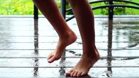 Mädchen, das warmen Sommerregen genießt stock video