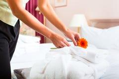 Mädchen, das Zimmerservice im Hotel tut Stockbild