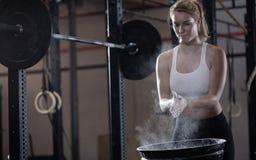 Mädchen, das zum Gewichtheben sich vorbereitet Lizenzfreie Stockfotos