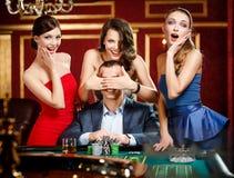 Mädchen decken die Augen des Spielers ab Stockfotografie