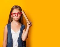Mädchen in den roten Gläsern mit Büchern Lizenzfreie Stockfotos
