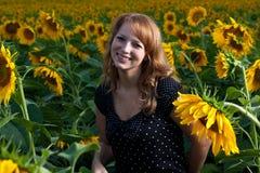 Mädchen in den Sonnenblumen Stockfotos