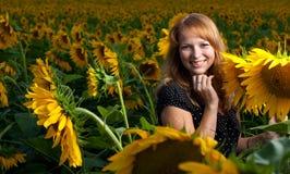 Mädchen in den Sonnenblumen Lizenzfreie Stockfotos