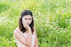 Mädchen denkt an die Probleme draußen Stockbild