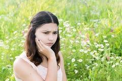 Mädchen denkt an die Probleme draußen Stockfoto