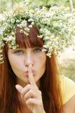 Mädchen in der Blumengirlande Stockfotografie
