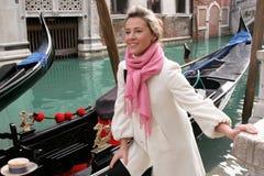 Mädchen in der Gondel, Venedig Stockfotos
