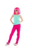 Mädchen in der rosa Perücke, die mit den Händen auf Hüfte aufwirft Stockfotos
