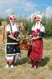 Mädchen in der traditionellen mazedonischen Kleidung Stockfotos