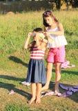 Mädchen, die ein Spiel spielen Lizenzfreies Stockfoto