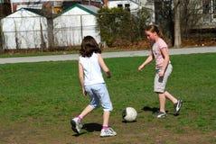 Mädchen, die Fußball spielen Stockfoto