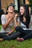 Mädchen, die Geschichte oder Klatsch 04 teilen Stockfoto