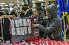 Mädchen, die martisoare kaufen, um Anfang des Frühlinges im März zu feiern Stockbilder