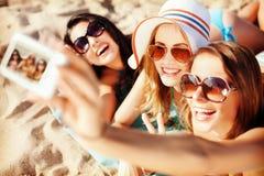 Mädchen, die Selbstporträt auf dem Strand machen Stockfotos