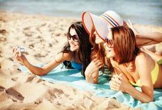 Mädchen, die Selbstporträt auf dem Strand machen Stockbilder