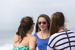 Mädchen, die Strand sprechen Stockbilder