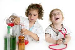 Mädchen, die vortäuschen, Doktor im Labor zu sein Stockbilder