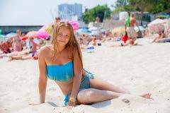 Mädchen in einem Badeanzug auf dem Strand Lizenzfreies Stockfoto