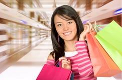 Mädchen in einem Einkaufszentrum Lizenzfreie Stockfotos