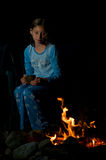 Mädchen an einem Lagerfeuer Stockfoto
