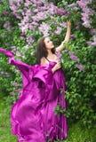 Mädchen in einem rosafarbenen Kleidflugwesen Stockfoto