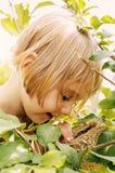 Mädchen entdeckt Frühlingsnest Stockbild