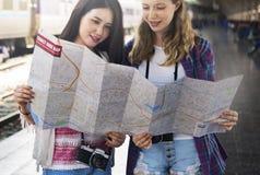 Mädchen-Freundschafts-Treffpunkt-reisendes Feiertags-Karten-Konzept Stockfotos