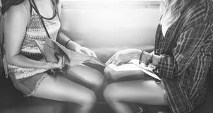 Mädchen-Freundschafts-Treffpunkt-reisendes Feiertags-Karten-Konzept Stockfoto