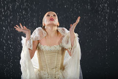 Mädchen friert im Regen ein und fängt Tropfen ab Lizenzfreie Stockfotos