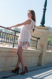 Mädchen im beige Kleid des Sommers Stockbild