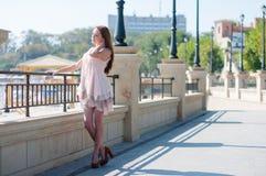 Mädchen im beige Kleid des Sommers Stockfotos