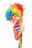 Mädchen im Clown hält leere Fahne Stockfoto