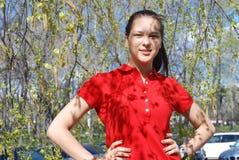 Mädchen im Frühjahr und Baumblüte Stockbilder
