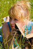 Mädchen im Gras mit Buch Stockfotografie