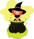 Mädchen im Kostüm von Halloween-Hexe kocht einen Trank im Großen Topf Stockfotografie
