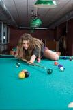 Mädchen im kurzen Rock, der Snooker spielt Stockfotos