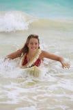 Mädchen im Ozean mit ihrem Surfbrett Lizenzfreie Stockbilder