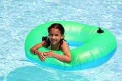 Mädchen im Pool Stockfotos