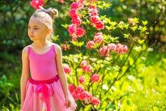 Mädchen im rosafarbenen Kleid Stockbild
