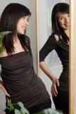 Mädchen im Spiegel Stockfotos