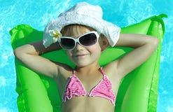 Mädchen im Swimmingpool Stockbilder