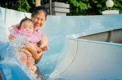 Mädchen im Wasserpark Stockfotos